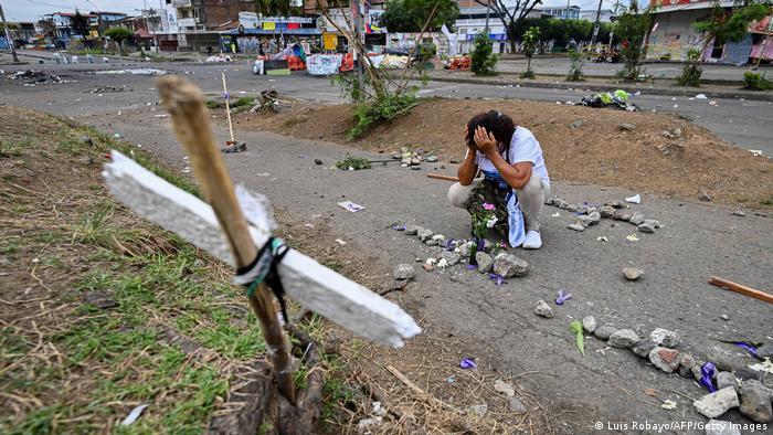 Más de 60 personas, en su gran mayoría civiles, han sido asesinadas durante las protestas en Colombia. Imagen del 29 de mayo en una calle de Cali.