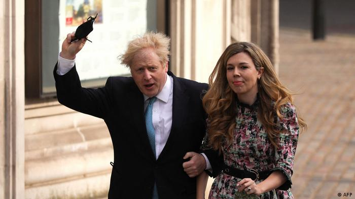 Carrie Symonds und Boris Johnson auf dem Weg zur Lokalwahl im Mai 2021
