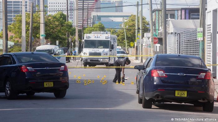 Imagen tras el tiroteo de ayer en el que también murió una persona y seis resultaron heridas en un barrio turístico de Miami.