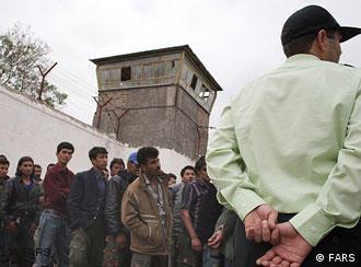 براساس گزارش ها، مهاجران افغان در زندان های ایران به صورت بی رحمانه شکنجه می شوند.