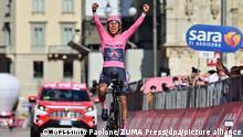 Radsport: UCI WorldTour - Giro d'Italia, Senago - Mailand (30,30 km), 21. Etappe (Einzelzeitfahren): Sieger in der Gesamtwertung Egan Arley Bernal Gomez aus Kolumbien vom Team Ineos Grenadiers jubelt bei der Zieleinfahrt. +++ dpa-Bildfunk +++