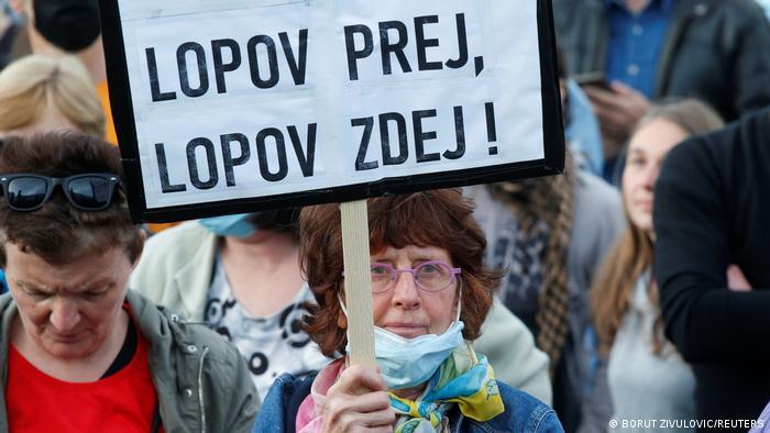 Una vez ladrón, hoy ladrón: protesta contra el jefe de Gobierno Janez Jansa en Liubliana (mayo de 2021).