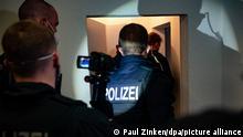 Bundespolizisten gehen bei einer Razzia gegen Schleuser in eine Wohnung. Bei einer großangelegten Razzia gingen Bundespolizisten in mehreren Bundesländern gegen Schleuserkriminalität vor. (Zu dpa «Bundesweite Razzien gegen organisierte Schleuserkriminalität»)