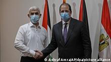 Yahya Sinwar (l), palästinensischer Führer der Hamas im Gazastreifen, und Abbas Kamel, Direktor des ägyptischen General Intelligence Directorate (EGID), reichen sich vor einem gemeinsamen Treffen die Hände. +++ dpa-Bildfunk +++