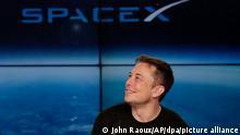 ARCHIV - 06.02.2018, USA, Cape Canaveral: SpaceX-Chef und Gründer Elon Musk spricht nach dem erfolgreichen Start der Rakete «Falcon Heavy» des privaten US-Raumfahrtunternehmens SpaceX während einer Pressekonferenz. (Zu dpa Musk: SpaceX-Rakete für Mars-Mission fliegt 2019 erste Strecken) Foto: John Raoux/AP/dpa +++ dpa-Bildfunk +++