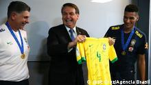 18/11/2019*** O presidente Jair Bolsonaro parabeniza e posa para foto com a Seleção do Brasil Sub-17 que conquistou ontem (17), em Brasília, o tetracampeonato do Mundial de Futebol da categoria.