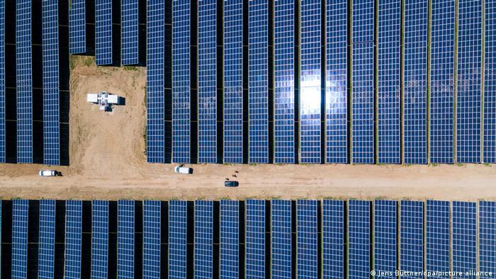 """Nemački vozovi u narednih 30 godina odavde će se snabdevati strujom. Solarni park kompanije """"Enerpark"""" na površini od 91 hektar pušten je u rad u mestu Garc u pokrajini Meklenburg Prednja Pomeranija. Godišnje će proizvoditi 80 gigavat-sati električne energije."""