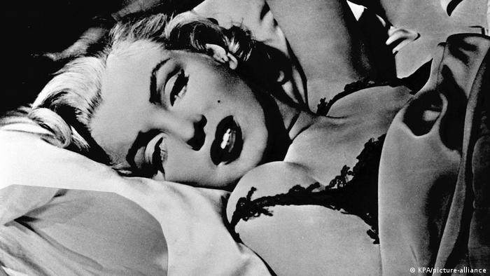Близките ѝ приятели и истинските ѝ фенове знаят, че Мерилин Монро е много повече от блондинката на Холивуд, смятана за любовница на Джон Ф. Кенеди. Тя се е застъпвала за различните - така например е помогнала на Ела Фицджералд за изява в клуб, в който не са посрещали тъмнокожи изпълнители. Обичала е поезията и литературата. И е отстоявала своето.