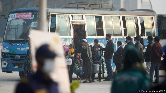Rohingya-Flüchtlinge vor einem Bus