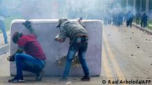 """*** Dieses Bild ist fertig zugeschnitten als Social Media Snack (für Facebook, Twitter, Instagram) im Tableau zu finden: Fach """"Images"""" —> Weltspiegel/01.06.2021 *** Demonstrators take cover behind a mattress during clashes with riot police which erupted during a protest against the government of Colombian President Ivan Duque, in Facatativa, Colombia, on May 31, 2021. (Photo by Raul ARBOLEDA / AFP)"""