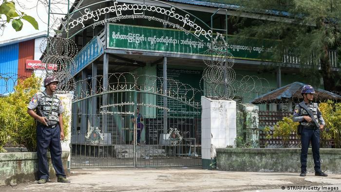 Eine Schule in Sittwe wird von schwer bewaffneten Polizisten bewacht
