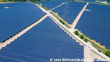 31.05.2021 Der neue Photovoltaik-Park des Unternehmens Enerparc wird offiziell in Betrieb genommen. (Aufnahme mit einer Drohne). Die Unternehmen Enerparc und die Deutschen Bahn haben einen Stromliefervertrag über jährlich 80 Gigawattstunden abgeschlossen. Der Solar-Park auf einer Fläche von rund 91 Hektar soll in den nächsten 30 Jahren Strom für die Bahn liefern.