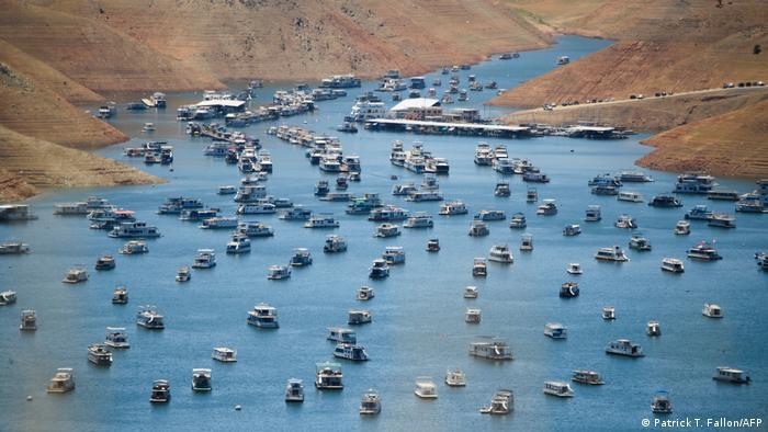 Casas flutuantes atracadas no reservatório do Lago Oroville durante emergência de seca na Califórnia em 25 de maio de 2021.