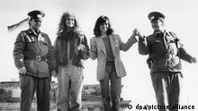 ARCHIV - Die amerikanischen Schauspielerinnen Julia Roberts (l) und Sally Field stehen am 10.02.1990 in Berlin mit zwei DDR-Grenzposten auf der Berliner Mauer am Brandenburger Tor. (zu dpa «Als es auf der Berlinale politisch wurde» vom 08.02.2017) Foto: -/dpa +++ dpa-Bildfunk +++