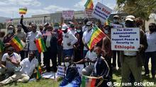 Äthio- Amerikanische Bürger haben heute gegen die Sanktion vor der amerikanische Botschaft demonstriert . Ca. 50 Leute.