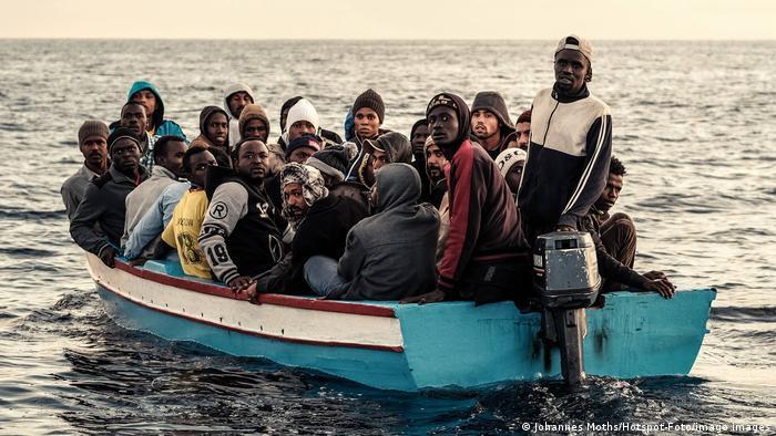 Flüchtlinge und Migranten 2017 auf einem Boot im Mittelmeer