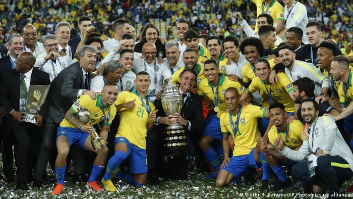 Jair Bolsonaro, jogadores e comissão técnica do Brasil posam para foto após a seleção vencer a Copa América de 2019