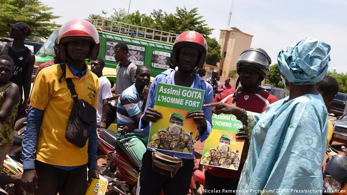 Anhänger Assimi Goïtas mit einem Bild des neuen Staatschefs