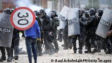 """*** Dieses Bild ist fertig zugeschnitten als Social Media Snack (für Facebook, Twitter, Instagram) im Tableau zu finden: Fach """"Images"""" —> Weltspiegel/02.06.2021 *** TOPSHOT - A demonstrator clashes with riot police during a protest against the government of Colombian President Ivan Duque, in Facatativa, Colombia, on May 31, 2021. (Photo by Raul ARBOLEDA / AFP) (Photo by RAUL ARBOLEDA/AFP via Getty Images)"""