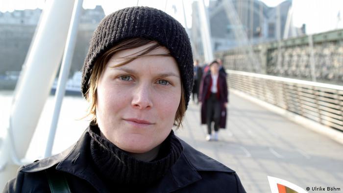 Ulrike Böhm, Teilnehmerin des Bürgerrats Klima 2021 steht auf einer Brücke.