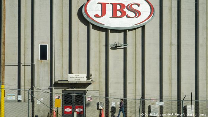 Одно из предприятий мясного концерна JBS в США
