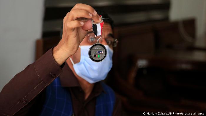 دهها هزار افغان برای نیروهای نظامی ناتو در کشورشان مشغول به کار بودند. عیاضالدین هلال، به عنوان مترجم یکی از این افراد است. هلال به خاطر خدماتش از ایالات متحده آمریکا مدال افتخار دریافت کرده است. او هم مانند بسیاری دیگر اکنون نگران جان خود و خانوادهاش است. بر اساس گزارشها در حال حاضر تنها سفارت آمریکا مشغول بررسی ۱۸ هزار درخواست ویزا خروج ویژه است.