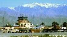 Bildnummer: 51496637 Datum: 02.05.2004 Copyright: imago/UPI Photo Bagram Air Base der U.S. Air Force am Fuße des Hindukusch in Afghanistan PUBLICATIONxINxGERxSUIxAUTxHUNxONLY, Landschaft , Gebäude, außen, Außenansicht; 2004, Luftwaffenstützpunkt, Stützpunkt, Luftwaffe, US, amerikanisch, amerikanische, Hindu Kush, Hindukush, Schnee, schneebedeckt; , quer, Kbdig, Totale, Gebirge, Afghanistan, , Militaer, Staat, x