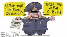 Karikatur - russischer Polizist mit einem Durchsuchungsbefehl in der Hand: Wurden Sie noch nicht durchsucht? Dann kommen wir zu Ihnen. via Andreas Brenner