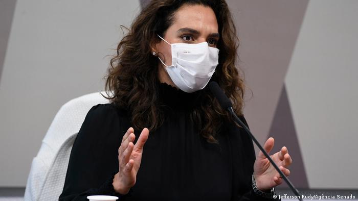 Luana Araújo em depoimento no Senado