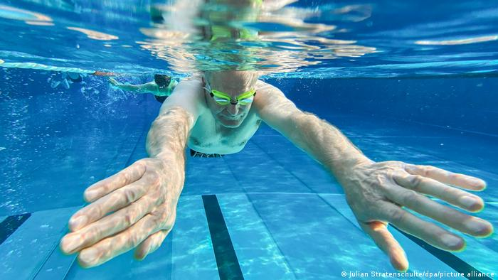 Un hombre nada en una piscina en Wedemark.