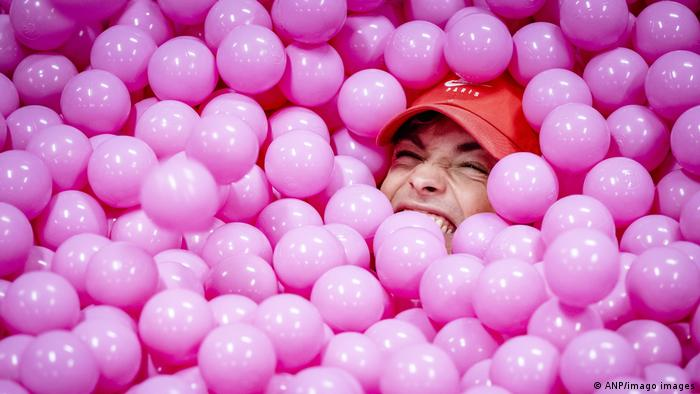 Tiktokero de Vibe House, de Portugal, dándose un baño de pelotas en un centro comercial.