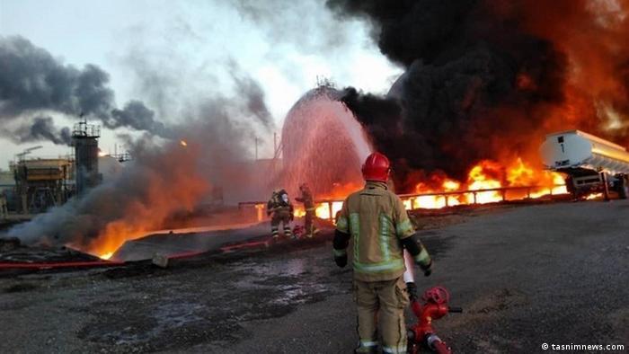 تلاش مأموران برای اطفاء حریق در پالایشگاه تهران