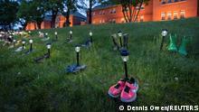 Kanada'da geçen ay Kamloops'taki bir yatılı okulun çevresinde bulunan mezarlar anısına bırakılan çocuk ayakkabıları ve oyuncaklar.