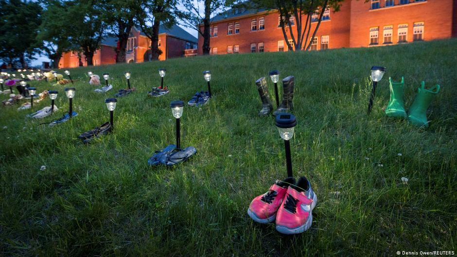 Cipele i igračke u znak sjećanja na mjestu gdje su pronađeni posmrtni ostaci 215 djece