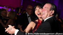 Altbundeskanzler Gerhard Schröder (SPD) und seine Frau Soyeon Kim tanzen beim 68. Bundespresseball. (zu dpa «Schröder-Kim will sich an Gans wagen») +++ dpa-Bildfunk +++