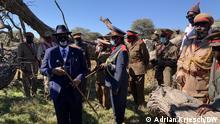 Paramount Chief Vekuii Rukoro vor dem Ngazepo-Baum in Otjinene, an dem deutsche Truppen hunderte Herero hängten Aufnahmeort Namibia, Juni 2021, Fotograf Adrian Kriesch, DW-;Mitarbeiter.
