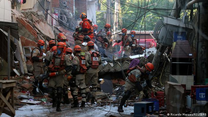 Bomberos y rescatistas intentan socorrer a víctimas atrapadas entre las ruinas del edificio que se derrumbó en Río de Janeiro. (3.06.2021).