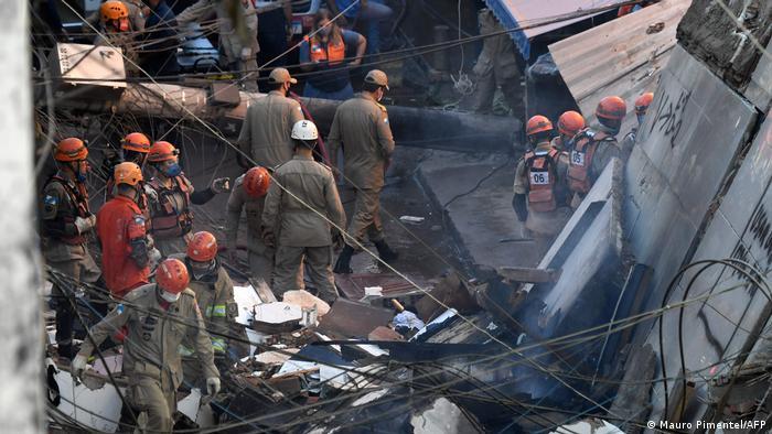 Trabajos de rescate en el área del edificio derrumbado en Río de Janeiro.
