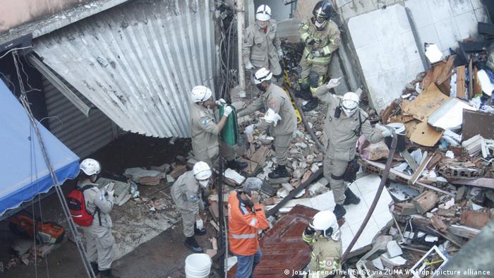 VIsta de los escombros y trabajos de rescate en el lugar del derrumbe de un edificio en Río de Janeiro.