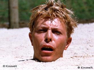David Bowies Kopf, eingeraben in Sand - Szene aus Furyo - Merry Christmas, Mr. Lawrence (Foto: Kinowelt)