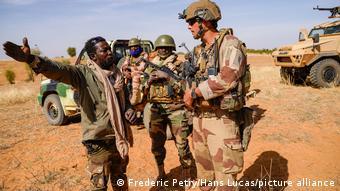 Une patrouille conjointe de soldats de la force Barkhane et des soldats des Forces Armées Maliennes (FAMa)