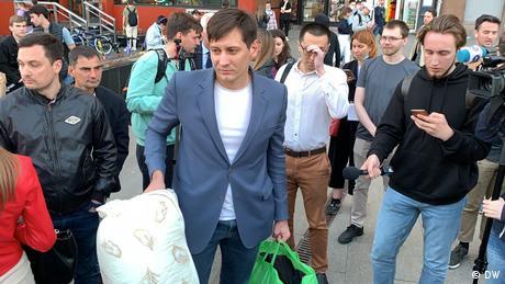 Der russische Oppositionelle Dmitrij Gudkow nach seiner Entlassung aus Polizeigewahrsam in Moskau (03.06.2021)