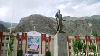 На месте статуи Ленина теперь стоит памятник Исмаилу Сомони