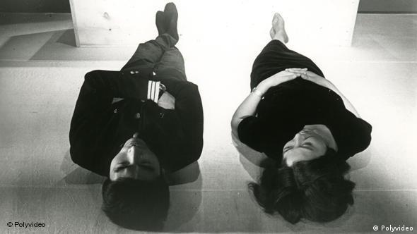 Ein Mann und Frau liegen auf dem Fußboden und schauen auf - Szene aus Sing a Song of Sex (Foto: polyfilm video)