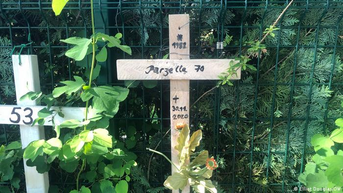 A cross on the closed Morgengrauen city garden site — died on 30.11.2020