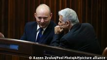 """*** Dieses Bild ist fertig zugeschnitten als Social Media Snack (für Facebook, Twitter, Instagram) im Tableau zu finden: Fach """"Images"""" —> Weltspiegel/04.06.2021 *** Yamina party leader Naftali Bennett, left, smiles as he speaks to Yesh Atid party leader Yair Lapid during a special session of the Knesset, whereby Israeli lawmakers elect a new president, at the plenum in the Knesset, Israel's parliament, in Jerusalem on Wednesday, June 2, 2021. (Ronen Zvulun/Pool Photo via AP)"""