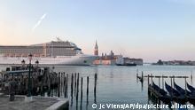Das Kreuzfahrtschiff MSC Orchestra passiert den Giudecca-Kanal am frühen Morgen. Frühaufsteher in Venedig erwachten am 03.06.2021 mit dem Anblick eines Kreuzfahrtschiffs, das zum ersten Mal seit der Corona-Pandemie den Giudecca-Kanal hinunterfuhr, trotz der Zusagen der italienischen Regierungen, die riesigen Schiffe aufgrund von Sicherheits- und Umweltbedenken umzuleiten. +++ dpa-Bildfunk +++
