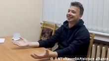 Das vom belarussischen ONT-Kanal zur Verfügung gestellte Videostandbild zeigt den Aktivisten und Blogger Roman Protassewitsch, der an einem Tisch sitzt und eine Zigarette raucht. In einem einstündigen Video, das auf dem staatlichen Sender ONT ausgestrahlt wurde, wird der Regimekritiker in einem Haftzentrum gezeigt. (zu dpa Belarussisches Fernsehen zeigt Interview mit inhaftiertem Blogger) +++ dpa-Bildfunk +++