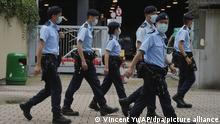 04/06/2021*** Polizeibeamte patrouillieren im Victoria Park. Die Polizei verhaftete einen Organisator der jährlichen Kerzenlichtmahnwache in Hongkong, die der blutigen Niederschlagung der Demokratiebewegung am Pekinger Tiananmen-Platz gedenkt. Die Polizei warnte die Menschen davor, an der verbotenen Veranstaltung am 04.06.2021 teilzunehmen. In den vergangenen Jahren versammelten sich Zehntausende von Menschen im Hongkonger Victoria Park, um der Opfer zu gedenken, die ei dem Einsatz der Volksbefreiungsarmee gegen friedliche Demonstranten um den Platz des Himmlischen Friedens in Peking am 4. Juni 1989 starben. +++ dpa-Bildfunk +++