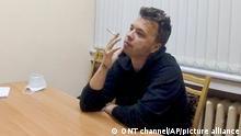 Das vom belarussischen ONT-Kanal zur Verfügung gestellte Videostandbild zeigt den Aktivisten und Blogger Raman Pratasewitsch, der an einem Tisch sitzt und eine Zigarette raucht. In einem einstündigen Video, das auf dem staatlichen Sender ONT ausgestrahlt wurde, wird der Regimekritiker in einem Haftzentrum gezeigt. (zu dpa Belarussisches Fernsehen zeigt Interview mit inhaftiertem Blogger) +++ dpa-Bildfunk +++